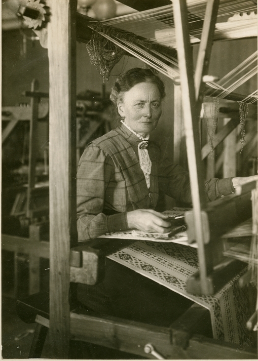 vmjb00108-copy-1911-johanna-brunsson-at-loom