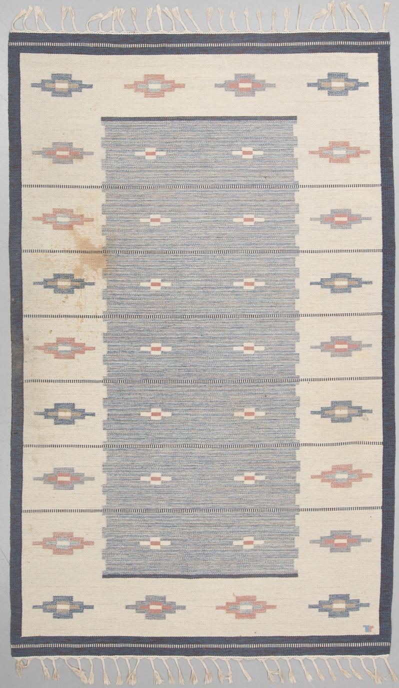 """5 """"Skogsstjärna blå"""", flat weave, ca 327,5 x 197,5 cm, signed V (Erik Lundberg, Vävaregården, Eringsboda). Buk 3-17-18"""