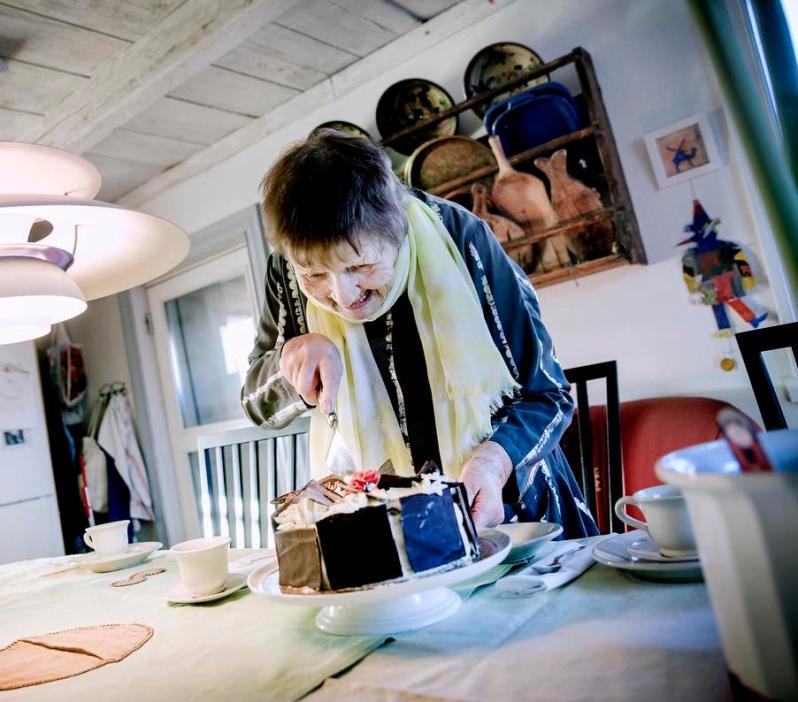 17.Gerd Göran with cake 1-5-19 H