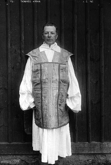 E Swedish priest 1915 in chasuble of the time fot from Anders Roland for Västergötlands museum 1M16-B145110_98